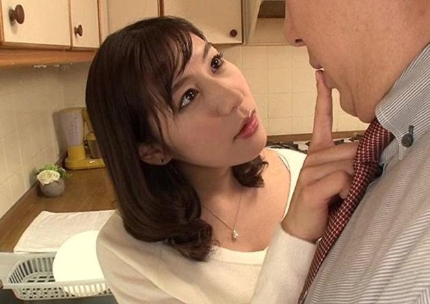【人妻/浮気】胸チラやパンチラで夫の部下を誘惑しフェラ抜き口内射精からの中出し種付けして不倫する痴女妻