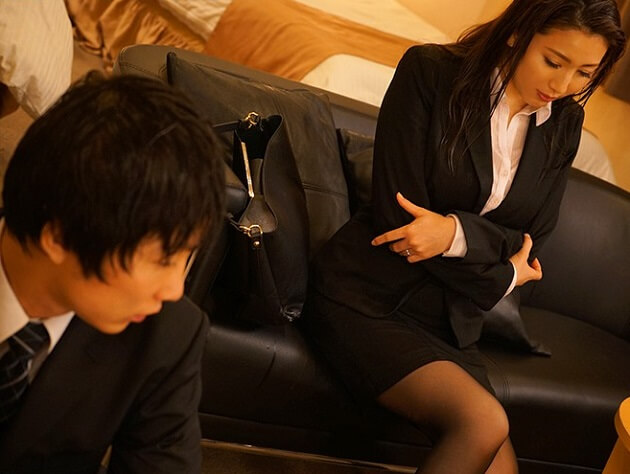 【人妻NTR】出張先のビジネスホテルで憧れの女上司である人妻と相部屋になった部下が暴走!襲い掛かって一晩中寝取りセックス!