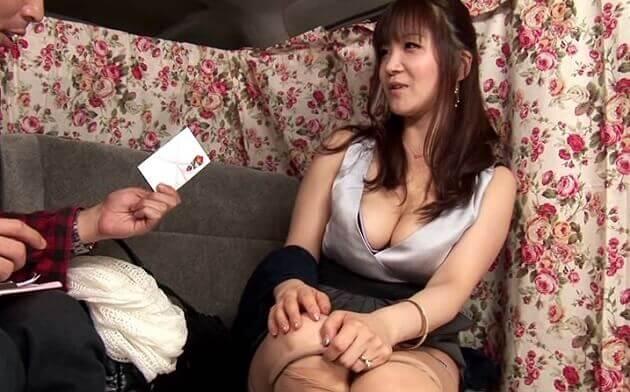 セックスレスをローターでのオナニーだけでは満足できなく出会い系でセフレ見つけて浮気してるセレブ人妻と中出しセックス