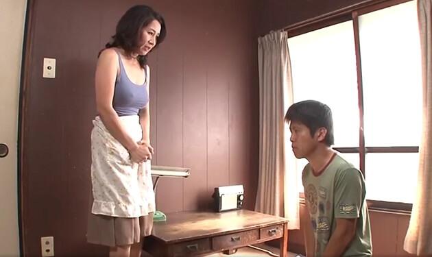 息子のオナニーを目撃してしまった五十路の母。覗いてるうちに自らも発情しオナニーするも満足できず息子と中出し種付けセックス