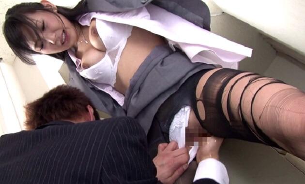 【小倉奈々】受付嬢が給湯室でセクハラ上司から仕事が遅いとイチャモンつけられ手コキとフェラ強要されパンスト破かれそのまま挿入されてしまう