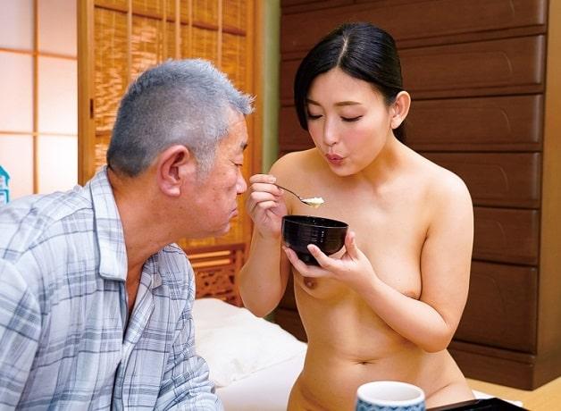 【熟女介護士】37歳のアラサー介護士が老人を全裸でサポート!食事・入浴補助や口やマ〇コも使うSEXサポートも!《並木塔子》