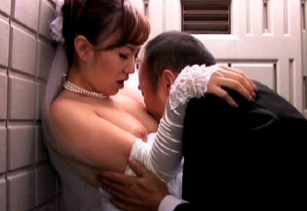 【人妻NTR】披露宴中に夫の上司とウエディングドレスのままトイレで中出し種付けで子作りする不倫花嫁《岡本莉紗》