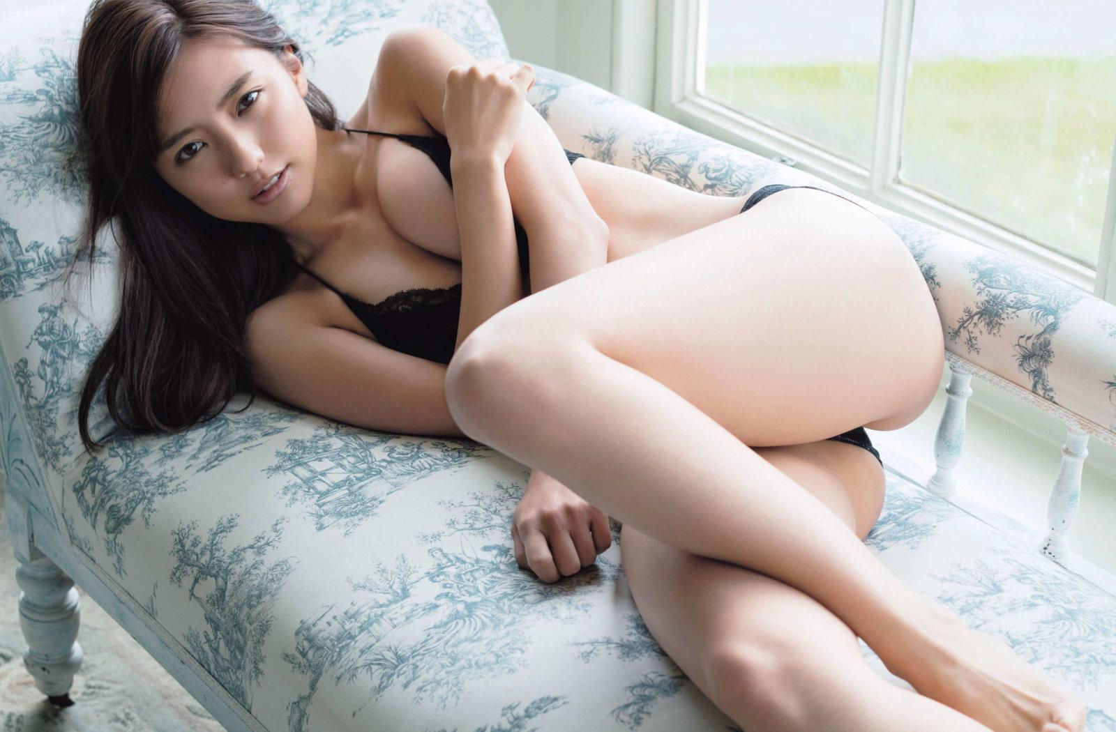 真野恵里菜 黒ランジェリー寄せ乳&食い込み尻セクシー画像