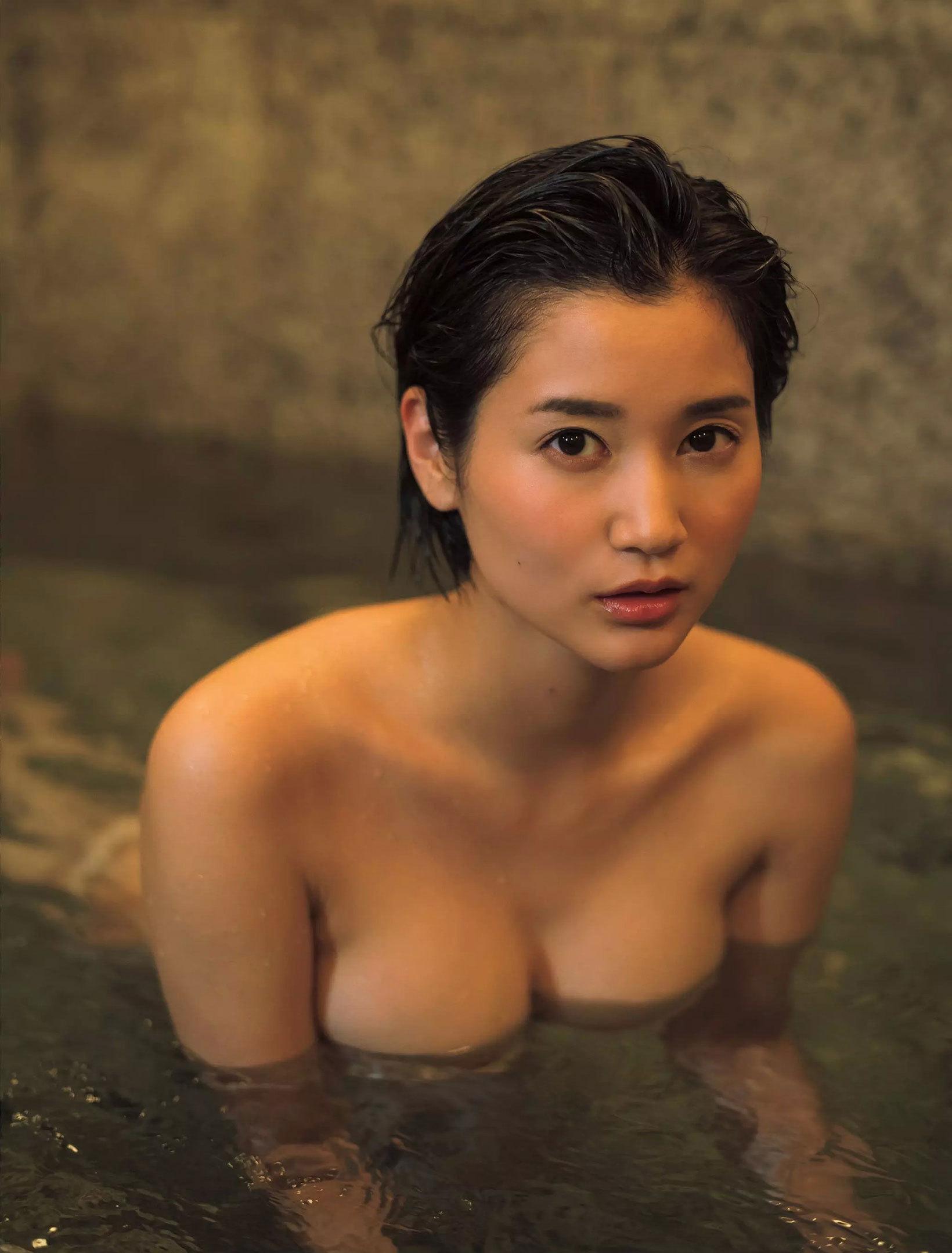 出口亜梨沙 美人リポーターのGカップ水着グラビアセクシー画像