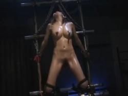 手足を縛られたスタイル抜群美女が全裸で電気攻め拷問されて身体を震わせる - Pornhub.com - 200312-104015