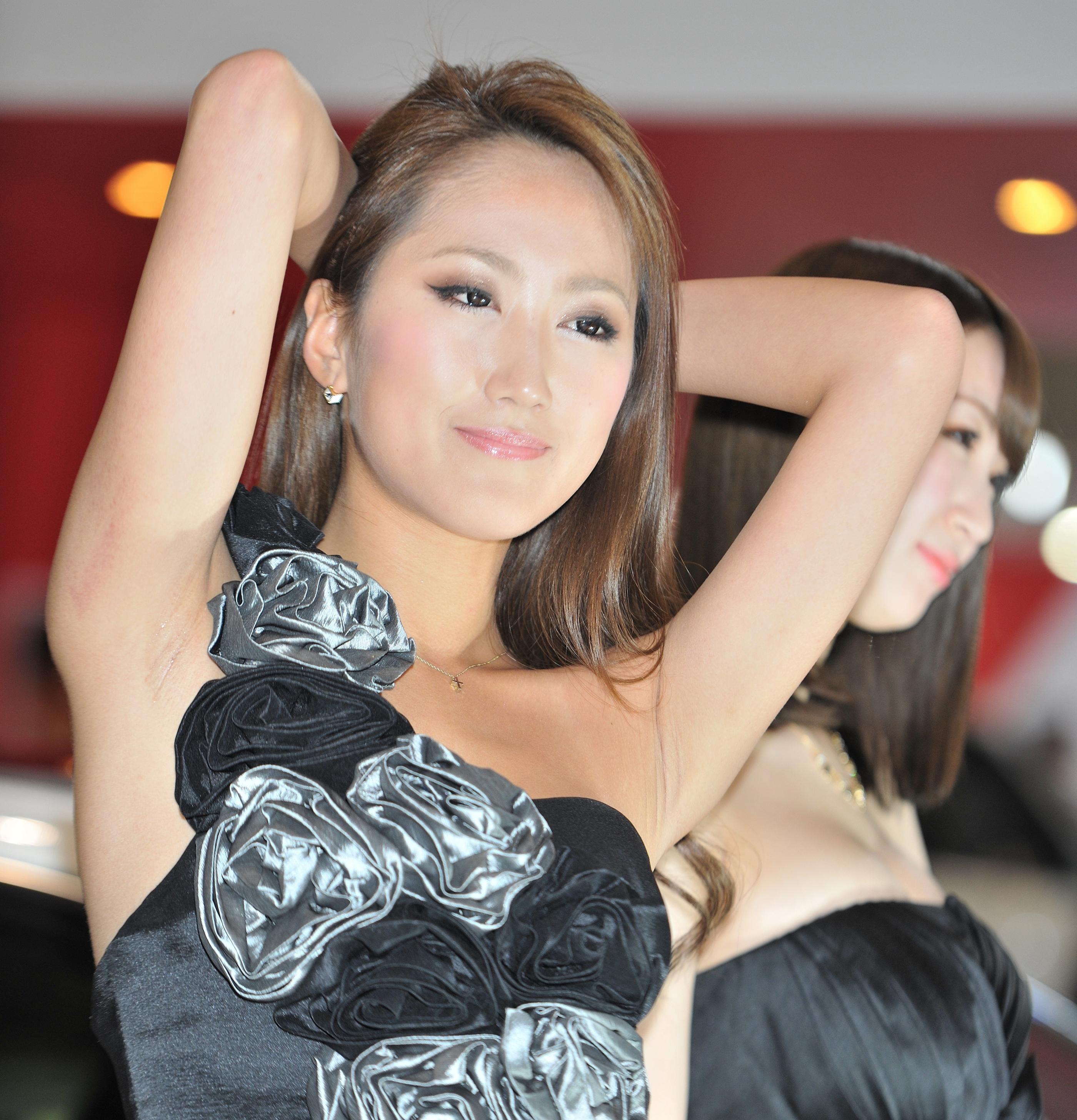 イベコン美女の両腋見せ (2)