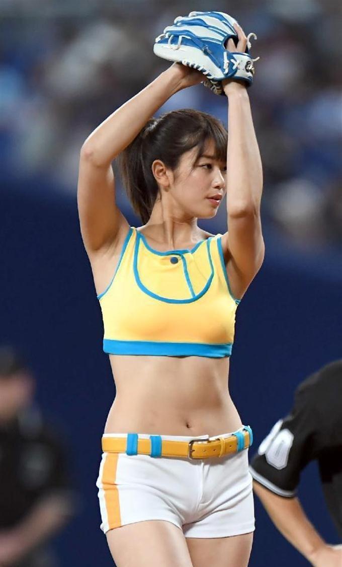稲村亜美の腋見せ始球式 (2)