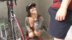 いつもノーブラの隣に住んでいるカワイイ女の子。自転車を直したお礼にボクの部屋に来てキュウリを使ってエロアピールしてくるので‥