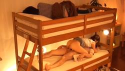 2段ベッドの上で寝ている彼氏を起こさないように、こっそり友達と生SEX!ぶっちゃけ‥彼氏のSEXより…。